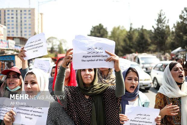 زنان افغان در حال اعتراض  به ممنوع كردن حضور دختران كلاس هفتم تا دوازدهم در مدارس توسط طالبان افغانستان در شهر نو كابل هستند