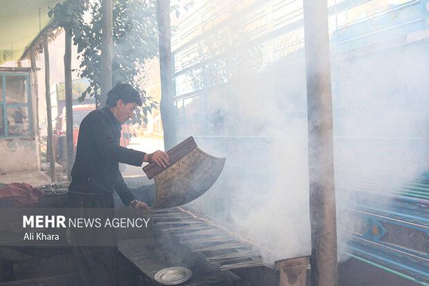يك افغان در حال آماده كردن غذا در يكى از رستوران محلى حومه كابل است