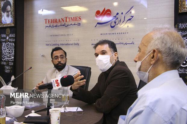 سیدجلال دهقانی در حال سخنرانی در مراسم یادبود مرحوم دکتر ابومحد عسگرخوانی است