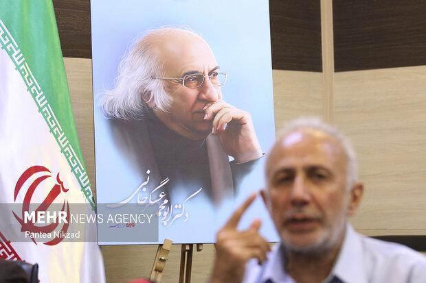 پوستر دکتر ابومحد عسگرخوانی در محل مراسم یادبود قرار دارد