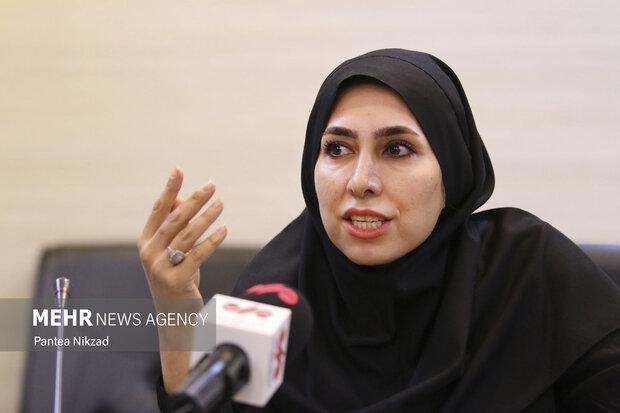 مریم زادخوست در مراسم یادبود  مرحوم دکتر ابومحد عسگرخوانی در حال سخنرانی است