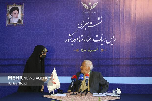 اسدالله جولایی رئیس هیأت امناء ستاد دیه کشور در حال گفتگو با یکی از خبرنگاران در ابتدای نشست خبری است