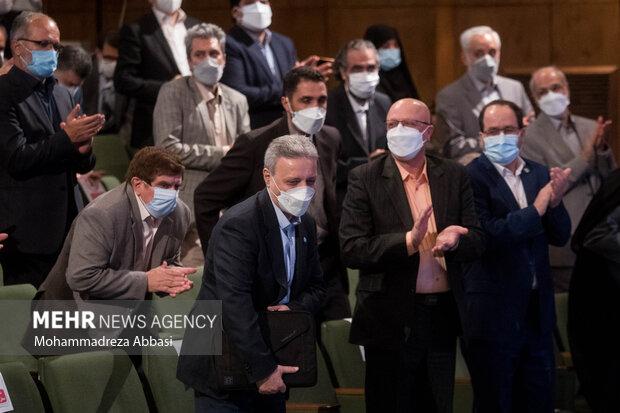 محمود نیلی احمدآبادی رئیس سابق دانشگاه تهران برای ایراد سخنرانی در مراسم تودیع و معارفه رئیس دانشگاه تهران توسط وزیر علوم و حاضرین  تشویق می شود