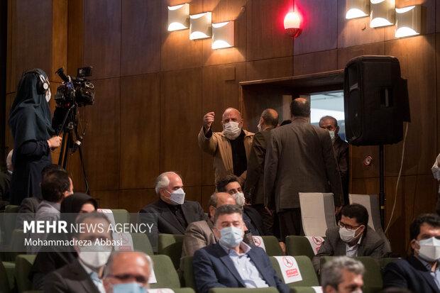 در انتهای سخنرانی محمود نیلی احمدآبادی رئیس سابق دانشگاه تهران یکی از کارکنان دانشگاه به او اعتراض میکند