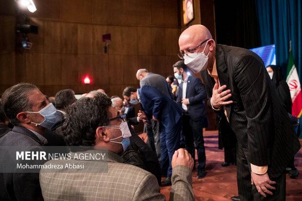 محمد علی زلفی گل وزیر علوم ، تحقیقات و فناوری   مراسم تودیع و معارفه رئیس دانشگاه تهران  در انتهای  مراسم تودیع و معارفه رئیس دانشگاه تهران در حال گفتگو با اساتید حاضر در مراسم است