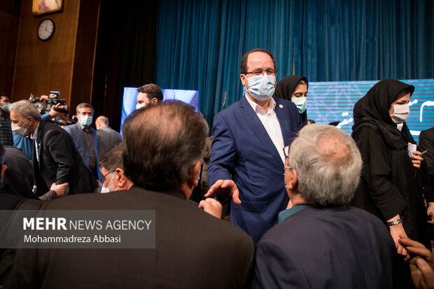 سید محمد مقیمی سرپرست جدید  دانشگاه تهران در انتهای  مراسم تودیع و معارفه رئیس دانشگاه تهران در حال گفتگو با اساتید حاضر در مراسم است