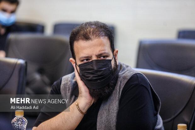 حسین متولیان، نویسنده، شاعر، حقوقدان و بازیگر در محفل شعرخوانی سوگواره مهر حضور دارد