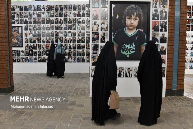 بازدیدکنندگان در حال مشاهده نمایشگاه رویای بهشت هستند