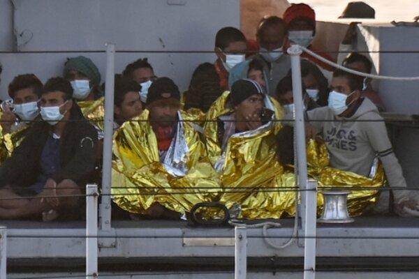 نجات ۶۵ مهاجر لیبیایی توسط یک کشتی ایتالیایی در آبهای مدیترانه