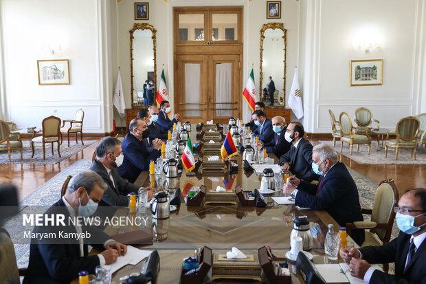 آرارات میرزویان وزیر خارجه ارمنستان با حسین امیرعبدالهیان وزیر امور خارجه کشورمان در محل وزارت امور خارجه دیدار و گفتگو کرد