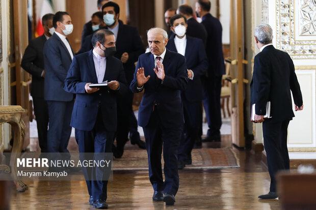همراهان وزرای امور خارجه ایران و ارمنستان در حال ورود به نشست خبری هستند