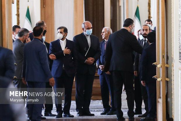 آرارات میرزویان وزیر خارجه ارمنستان  و حسین امیرعبدالهیان وزیر امور خارجه کشورمان در حال ورود به نشست خبری هستند