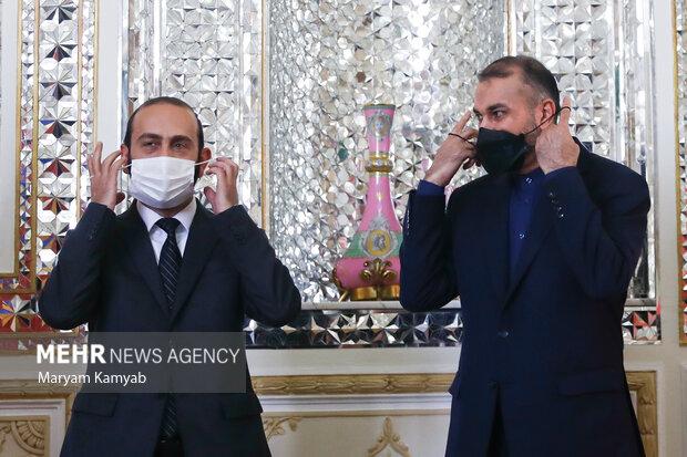 آرارات میرزویان وزیر خارجه ارمنستان و حسین امیرعبدالهیان وزیر امور خارجه کشورمان ،ماسک های خود را برای گرفتن عکس یادگاری برداشتند