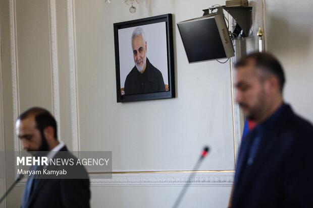 تصویری از سردار شهید حاج قاسم سلیمانی در سالن نشست خبری وزرای امور خارجه ایران و ارمنستان در وزارت امور خارجه نصب شده است