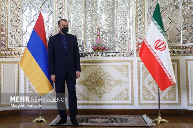 حسین امیر عبدالهیان وزیر امور خارجه ایران در انتظار ورود وزیر امور خارجه ارمنستان است