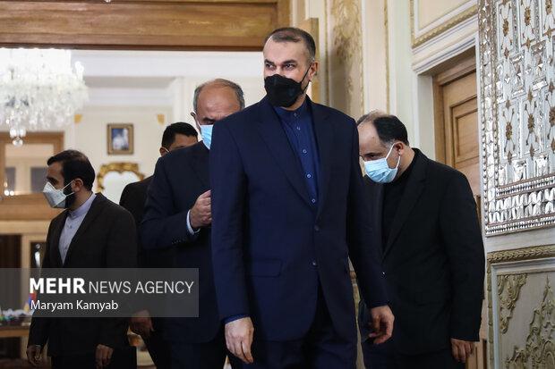 حسین امیر عبدالهیان وزیر امور خارجه ایران در حال ورود به محل دیدار با وزیر امور خارجه ارمنستان است