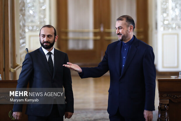 حسین امیر عبدالهیان وزیر امور خارجه ایران  در حال بدرقه آرارات میرزویان وزیر خارجه ارمنستان در پایان نشست خبری است