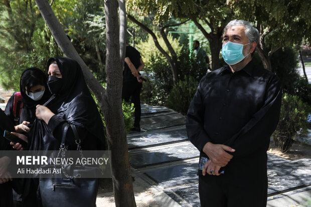 محمد احسانی از مدیران صدا و سیما در مراسم تشییع و خاکسپاری زنده یاد فتحعلی اویسی در قطعه هنرمندان بهشت زهرا حضور دارد