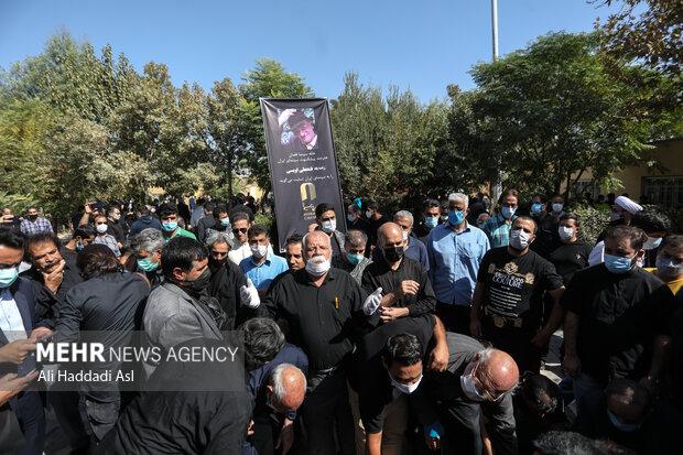 تعداد بسیاری از اهالی و علاقمندان سینما در مراسم تشییع و خاکسپاری فتحعلی اویسی حضور به هم رساندند