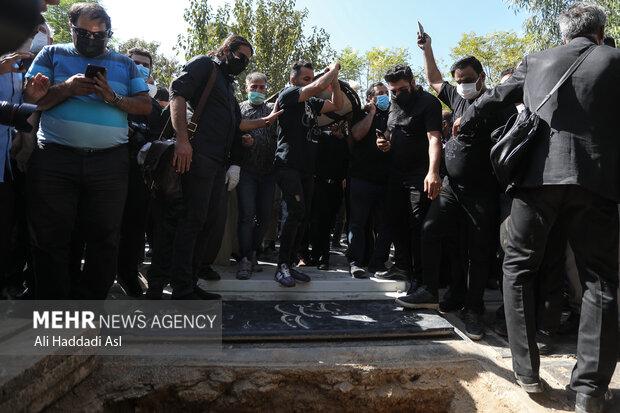 خانواده زنده یاد فتحعلی اویسی در مراسم تشییع و خاکسپاری این هنرمند پیشکسوت حضور دارند