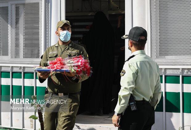 اهدای گل به مناسبت هفته ناجا