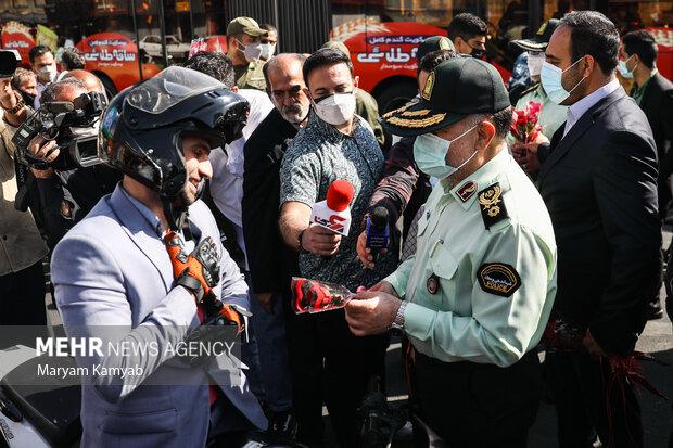 اهدای گل توسط نیروی انتظامی به شهروندان به مناسبت هفته ناجا