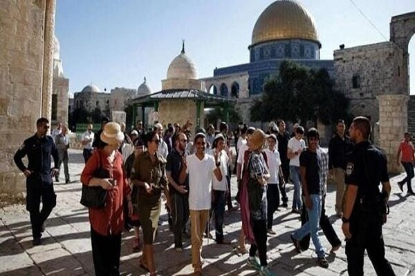 Zionist settlers attack Palestinians in Al-Aqsa Mosque