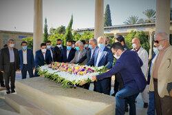 ایران کے ممتاز شاعر حافظ شیرازی کے مزار پر پھول چڑھائے گئے