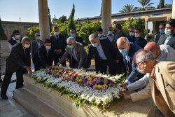گلباران آرامگاه حافظ در شیراز