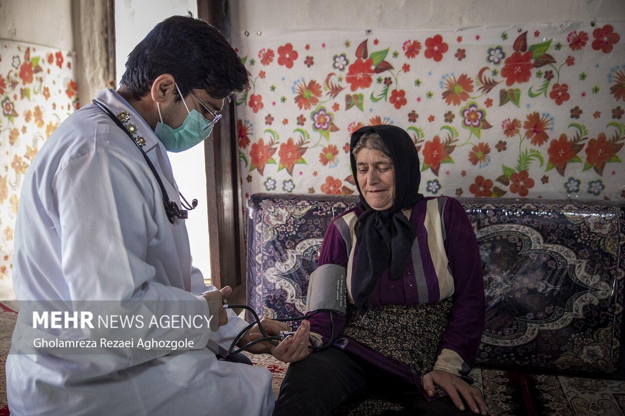 ویزیت رایگان اهالی روستای آغوزگله توسط گروه پزشکی نیروی انتظامی