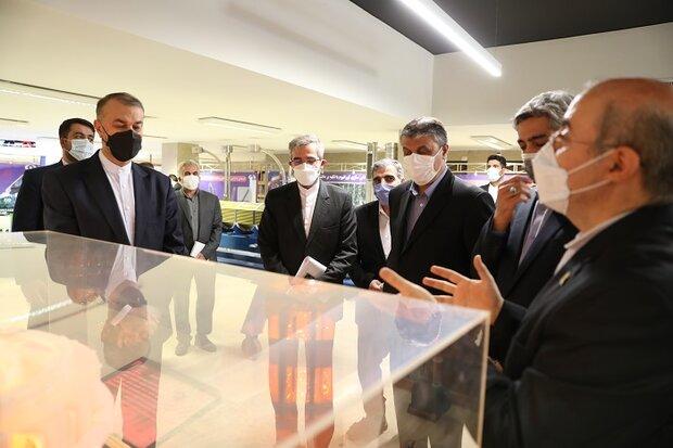 أمير عبداللهيان يزور معرض الصناعات النووية في طهران