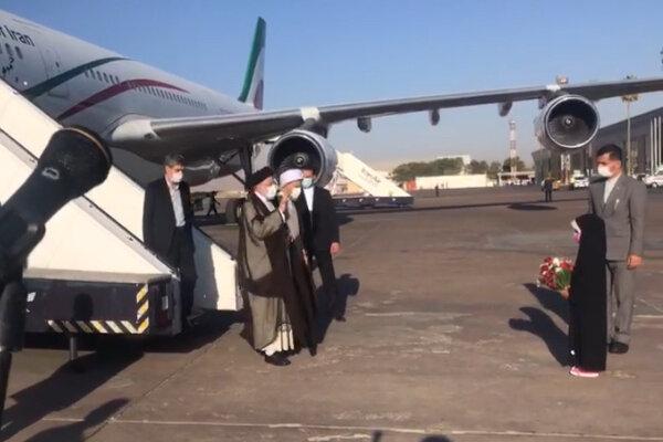 لحظه استقبال از رئیس جمهور در فرودگاه شیراز