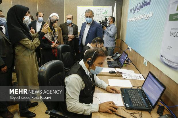علیرضا زاکانی شهردار تهران و جمعی از خبرنگاران درحال بازدید ازسامانه 137  هستند