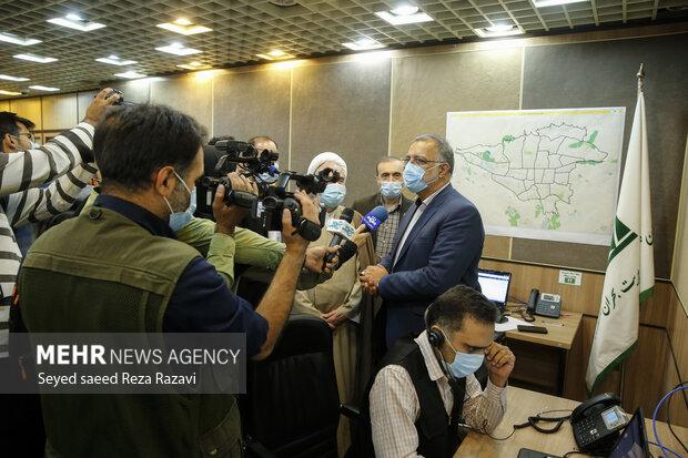 علیرضا زاکانی شهردار تهران در جمع خبرنگاران درحال پاسخگویی به سوالاتشان می باشد