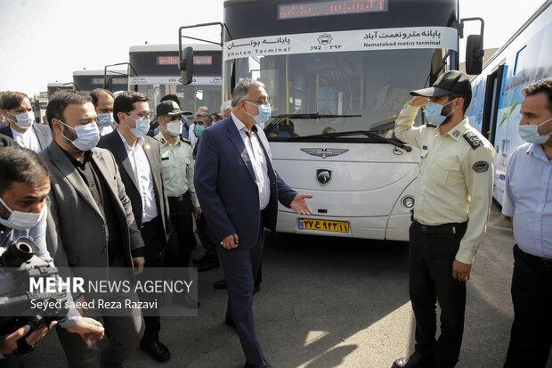 علیرضا زاکانی شهردار تهران در حال بازدید از سامانه اتوبوس سیار واکسیناسون شهر تهران است