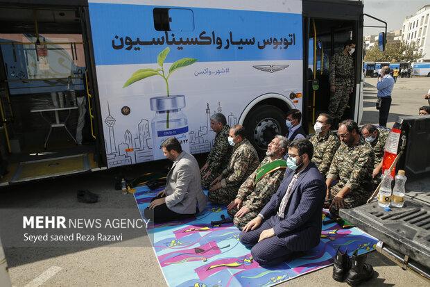 درحاشیه مراسم افتتاح فاز دوم پویش جهادی واکسیناسیون شهروندان تهرانی جمعی از مسئولین درحال اقامه نماز هستند