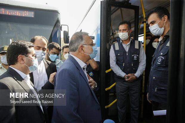 علیرضا زاکانی شهردار تهران درحال گفت و گو با یکی از پرسنل سازمان پیشگیری و مدیریت بحران شهر تهران است