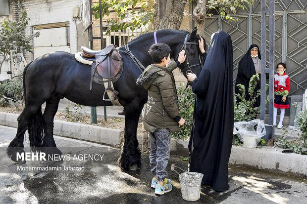 نمایش رژه یگان اسب سوار در روز پنجشنبه 22 مهر 1400 از امام زاده عبد الله (ع) شهر ری تا حرم حضرت عبدالعظیم حسین (ع) برگزار شد .