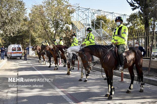 یگان اسب سوار دربیمارستان فیروز آبادی شهر ری حاضر هستند .