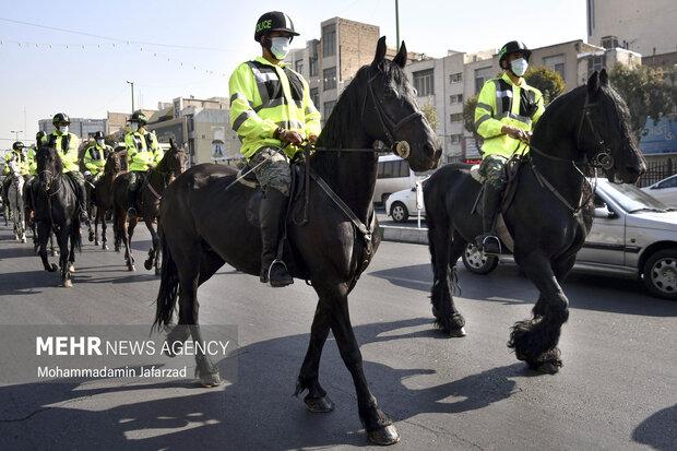 رژه یگان اسب سوار در خیابان فدائیان اسلام در روز پنج شنبه 22 مهر ماه 1400 در حال برگزاری است .