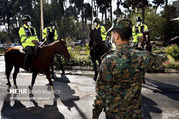 یگان ویژه اسب سوار در مقابل بیمارستان فیروز آبادی شهر ری حاضر هستند .