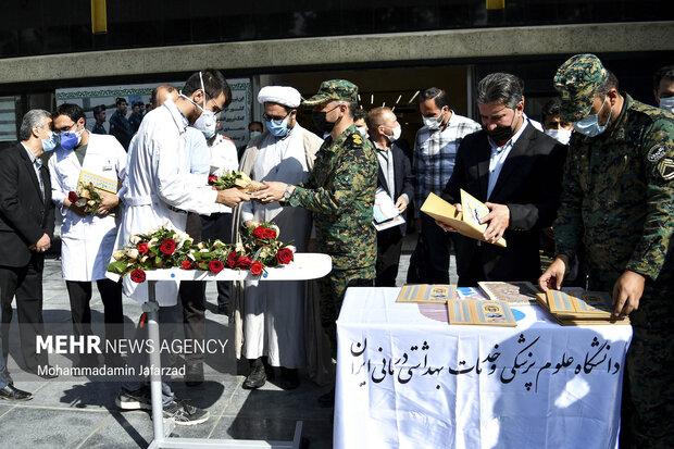 فرماندهان یگان اسب سوارنیروی انتظامی در حال تقدیر از کادر درمان بیمارستان فیروز آبادی هستند .