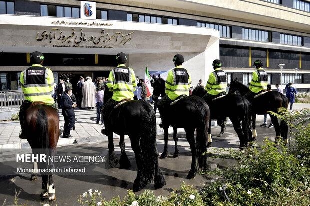 یگان ویژه اسب سوار در مقابل بیمارستان فیروز آبادی شهر ری حاضر هستند
