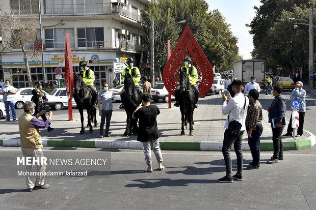 مردم در رژه اقتداری یگان اسب سوارحاضر هستند .