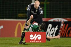 شاهد كيف ينقض حارس مرمى ايرلندي على زميله ضربًا بعد تلقيه الهدف/ بالفيديو