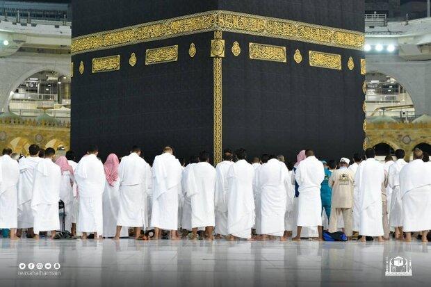 نمازگزاران دوشادوش هم / حذف فاصله گذاری در مسجدالحرام + فیلم