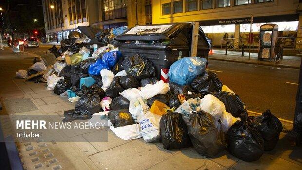 أرصفة مكتظة بالقمامة تملأ شوارع بريطانيا/ بالصور