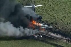 هواپیمای حامل ۲۱ سرنشین در آمریکا حین برخاستن تکه تکه شد