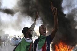السودان.. محتجون يطالبون بحل الحكومة المدنية وتسليم السلطة للعسكريين