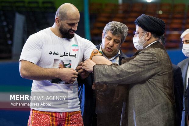 صدر رئيسی نے پہلوانی کا بازوبند صادق زادہ کو عطا کردیا